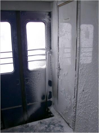 Туалет в латвийском поезде зимой - снаружи