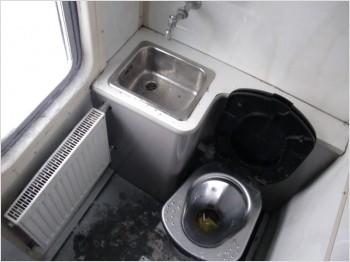 Туалет в латвийском поезде зимой - изнутри.