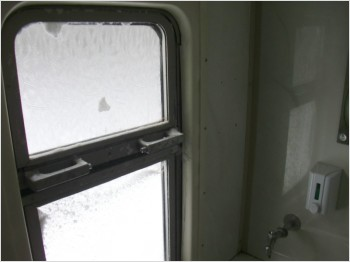 Туалет в латвийском поезде зимой - вентиляция.