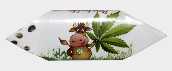 Коровка с семенами конопли