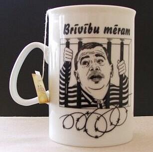 Кружка-сувенир с изображением латышского мэра-уголовника